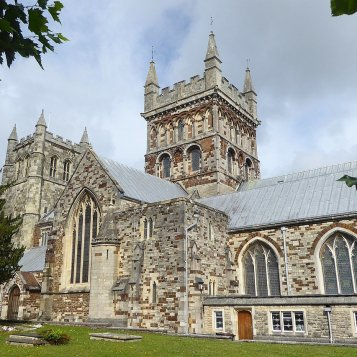 1280px-view_of_the_southern_side_of_saint_cuthburga's_church,_wimborne_minster-18016889242213778698..jpg